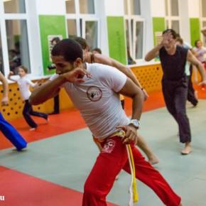 На открытом уроке известный бразильский инструктор показал основы капоэйры
